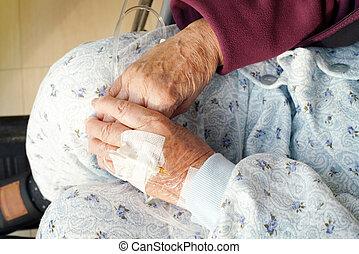 oudere vrouw, handen, met, intraveneuze druppel