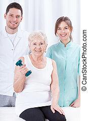 oudere vrouw, het uitoefenen, met, dumbbell