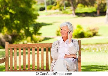 oudere vrouw, in het park