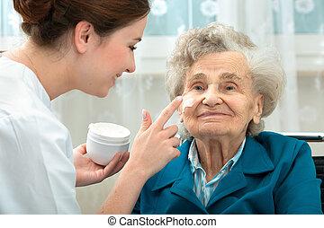 oudere vrouw, is, geassisteerd, door, verpleegkundige, thuis