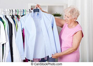 oudere vrouw, kies, een, uitrusting