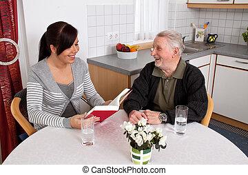 oudere vrouw, lezen, van, een, book.