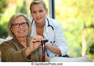 oudere vrouw, met, een, verpleegkundige