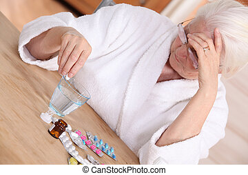 oudere vrouw, met, gevarieerd, medicatie