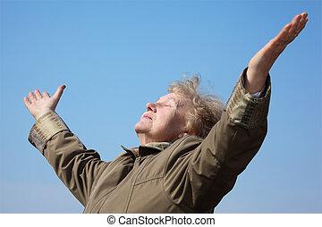 oudere vrouw, met, rised, handen