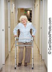 oudere vrouw, met, walker, in, ziekenhuis corridor