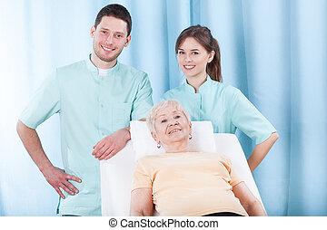 oudere vrouw, op, fysiotherapie, kantoor