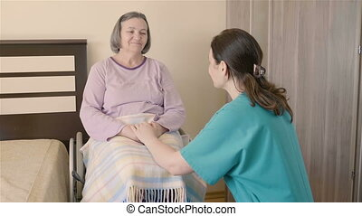 oudere vrouw, op, wheelchair, in, verpleeghuis, met, haar, care, assistent