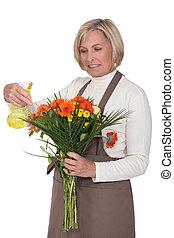 oudere vrouw, vasthouden, bouquetten