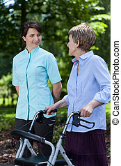 oudere vrouw, wandelende, met, een, walker