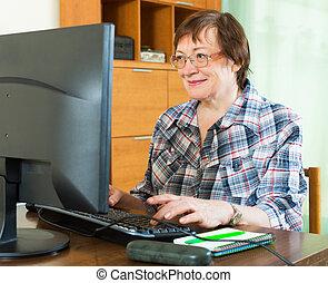oudere vrouw, werkende , met, computer