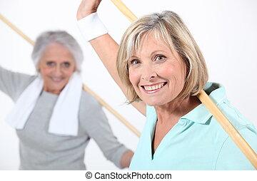 oudere vrouwen, stretching, met, houten, pool