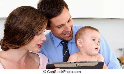 ouders, baby, gebruik, tablet pc, vrolijke