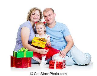 ouders, en, geitje, meisje, met, kadootjes, vrijstaand, op wit, achtergrond