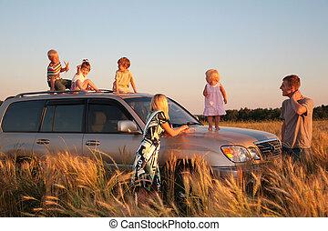 ouders, en, kinderen, op, offroad, auto, op, weit veld