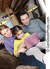 ouders, gebruik, een, roze, draagbare computer, met, hun, dochter