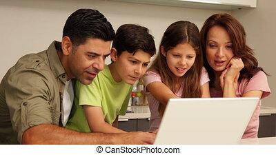 ouders, gebruikende laptop, met, hun, kinderen