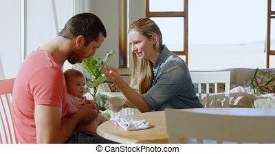 ouders, hun, baby jongen, 4k, het voeden