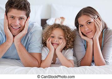 ouders, hun, het liggen, zoon, bed