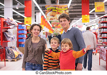 ouders, met, kinderen, in, supermarkt