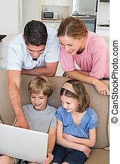ouders, onderwijs, kinderen, om te, gebruiken, draagbare computer