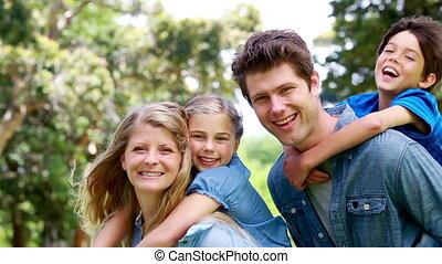ouders, vasthouden, hun, kinderen, op, hun, back