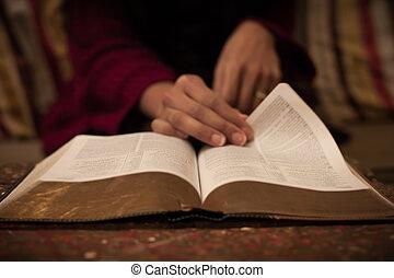 ouderwetse , bijbel, lezende , heilig, tafel