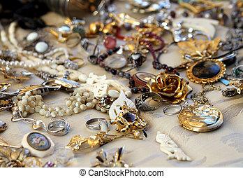 ouderwetse , halssnoeren, en, juwelen, te koop, in, de, antieke winkel
