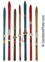ouderwetse , kleurrijke, gebruikt, ski's, vrijstaand, op wit