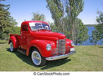 ouderwetse , rode vrachtwagen