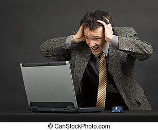 ?oung, homme, cris, à, désespoir, regarder écran ordinateur