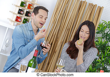 ouple, 享用, 酒, 在, 品嘗, 當時, 吃
