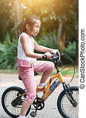 outdoor., ciclismo, criança asiática