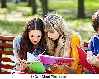 outdoor., libro, gruppo, studente