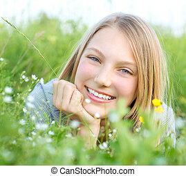 outdoors., bágyasztó, mosolyog lány, kaszáló