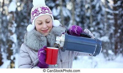 outdoors., femme, boire, jeune