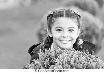 outdoors., groene, meisje, geitje, vrolijke , zoeken, relax., het glimlachen, kind, wat, achtergrond., schattig, spel, emotioneel, maakt, hairstyle, plezier, vlechten, relaxen, happy., gras, gezonde , verbergen, het verbergen, genieten