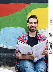 outdoors., latim, studying., homem jovem
