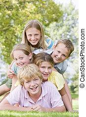outdoors, młody, zgromadzony, inny, piątka, każdy, uśmiechanie się, przyjaciele