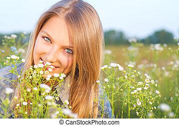outdoors., mosolyog lány, kaszáló