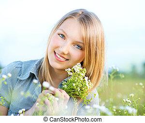 outdoors., relaxen, het glimlachen meisje, weide