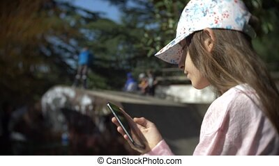 outdoors., smartphone, mobile, 4k, enfants, mouvement, téléphone, quoique, lent, rest., avoir, seul, utilisation, girl, autre, actif, addiction.