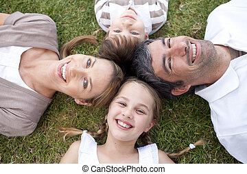outdoors, uśmiechanie się, leżący, rodzina