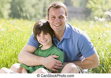 outdoors, uśmiechanie się, syn, ojciec, posiedzenie