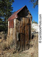 outhouse, abandonado