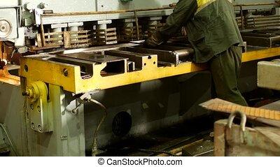 outillage, ouvrier, engagé, métal, machine, découpage, production, découpage, automatique