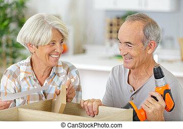 outils, personnes âgées accouplent, rénovation