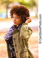 outono, ao ar livre, retrato, de, bonito, americano africano, mulher jovem, -, pretas, pessoas