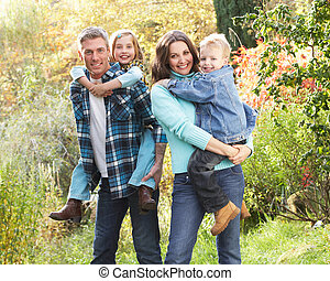 outono, grupo, família, dar, piggyback, pais, ao ar livre, paisagem, chiildren