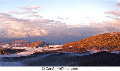 outono, manhã, montanha, com, nevoeiro, nestled, em, a, montanha, valleys.
